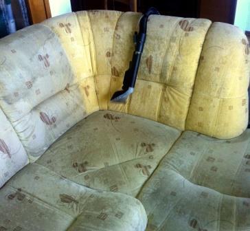nečistoče na sedežni garnituri